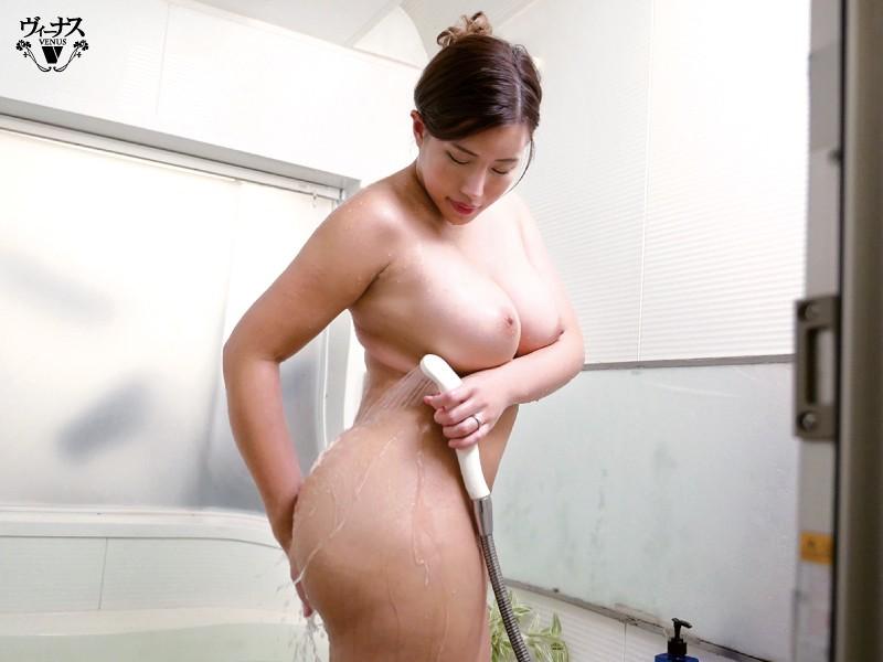 「おっぱい乗ってますけど…」超タイプの巨乳義母と入浴セックス 永井マリア 画像1