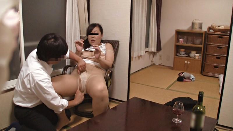 妻は若い男のチ○ポを受け入れるのか!?監視ナマ寝取らせ実況中継4時間 キャプチャー画像 15枚目