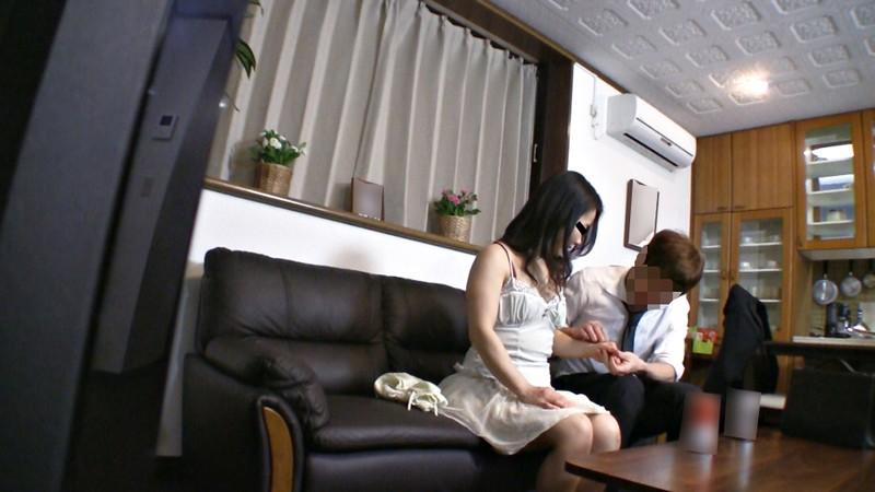 妻は若い男のチ○ポを受け入れるのか!?監視ナマ寝取らせ実況中継4時間 キャプチャー画像 4枚目