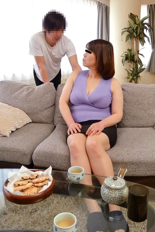 「挿入だけはヤメなさい!」息子の前でミニスカを履いてしまった母、欲情しちゃった息子 1枚目