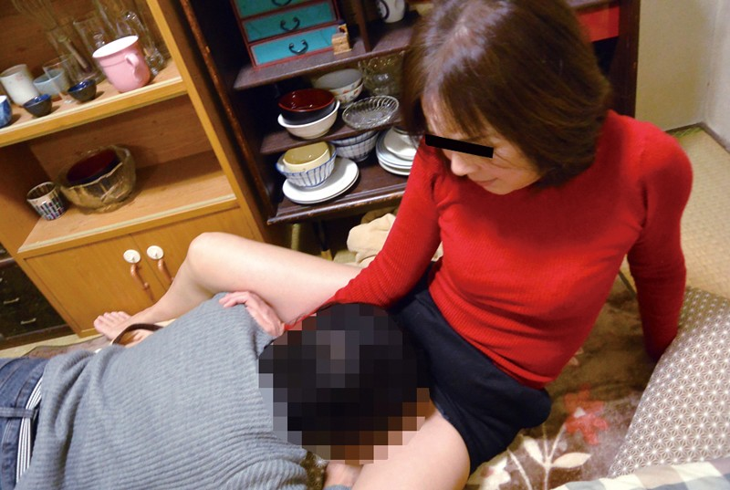 「挿入だけはヤメなさい!」息子の前でミニスカを履いてしまった母、欲情しちゃった息子 9枚目