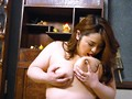 密かにオナねたにされている巨乳な母親に息子が勃起チ○ポを見せた結果…