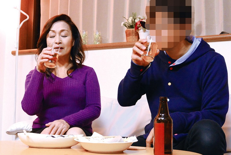 酔っ払った母親にイタズラしたら…年増熟女のエロま○こがぐちょ濡れで跨ってきた