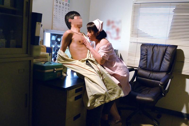 入院中で欲求不満な勃起チ○ポをナースに見せたら意外にも溜まった精子を放出してくれた4時間 14枚目