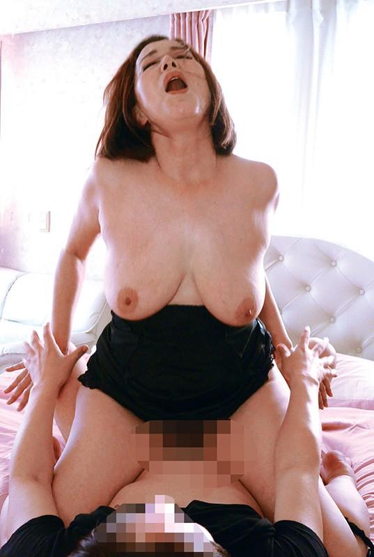 横で見ているだけでチ●ポが反り立つ爆乳な嫁の母にイタズラ4時間のサンプル画像