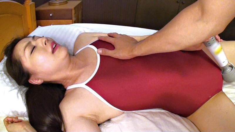 ガリ鎖骨貧乳悩ましあばら浮き出る熟女の肢体