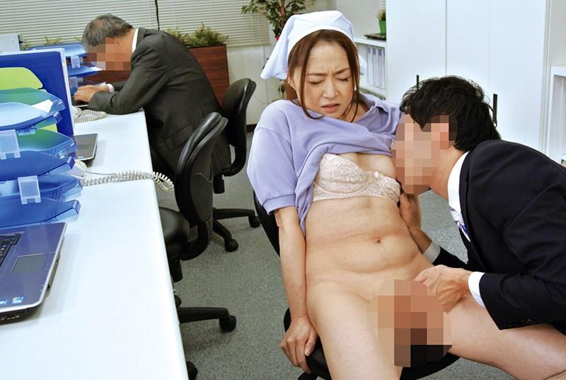 職場の普通のおばさんにムラムラしてしまい熟れた体にセクハラしたら…4時間1
