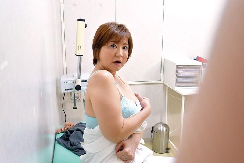 職場の普通のおばさんにムラムラしてしまい熟れた体にセクハラしたら…4時間16