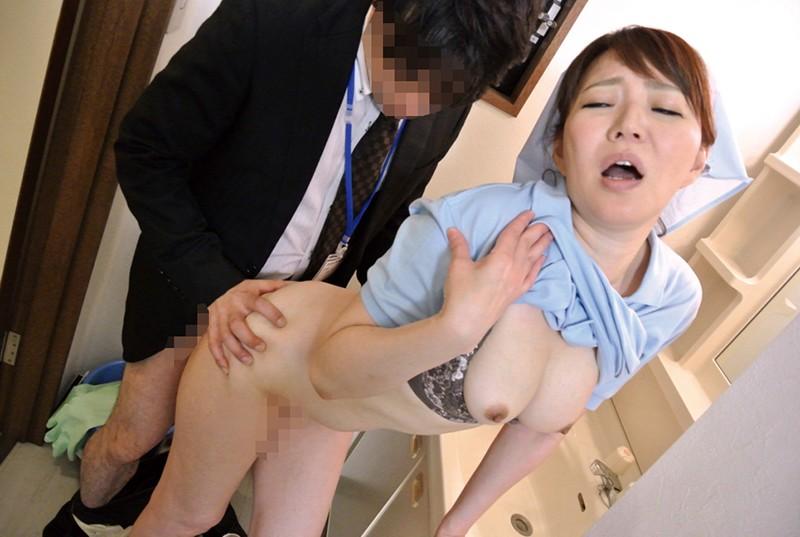 職場の普通のおばさんにムラムラしてしまい熟れた体にセクハラしたら…4時間4