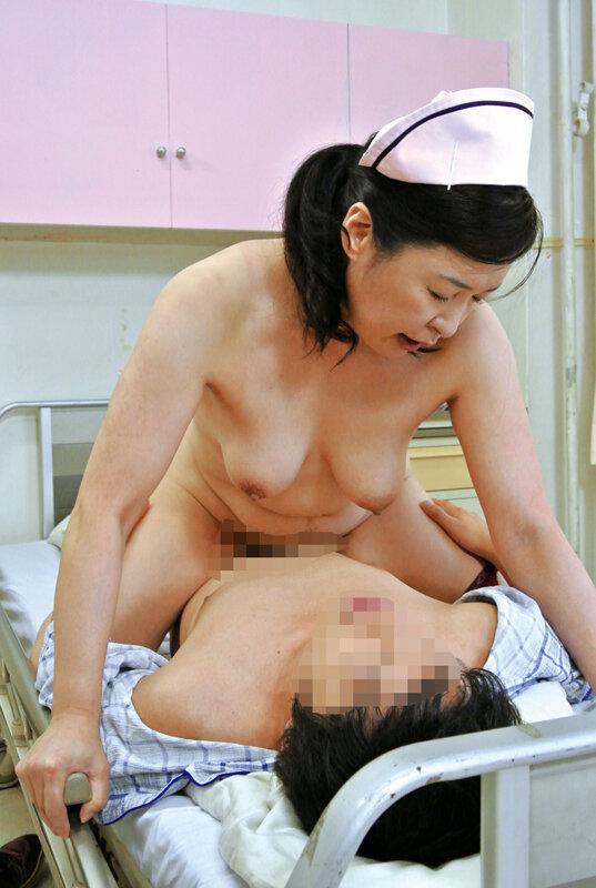 入院中に年増のおばさんナースに勃起を見られ性欲処理してもらった…4時間