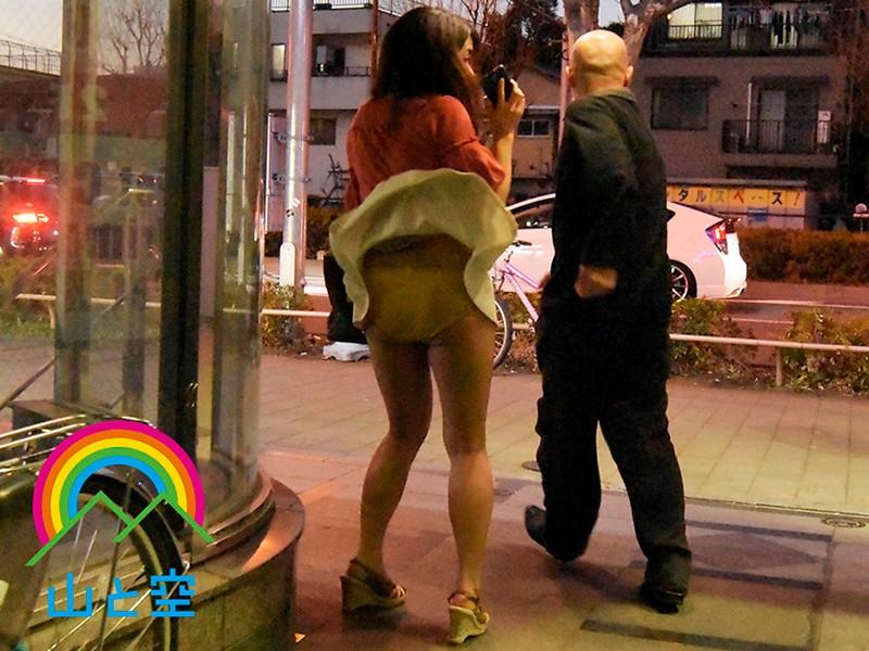 突然のスカートめくり盗撮され生ハメ中出し許すパンチラ人妻18名300分
